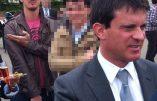Manuel Valls entouré des quenelles des amis de Dieudonné
