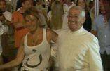 Frigide Barjot danse en petite tenue avec le curé de Saint-Tropez