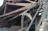Una palazzina crollata dopo le scosse di terremoto a Villa Sant'Antonio, frazione di Visso all'alba, 27 ottobre 2016. ANSA/MATTEO GUIDELLI