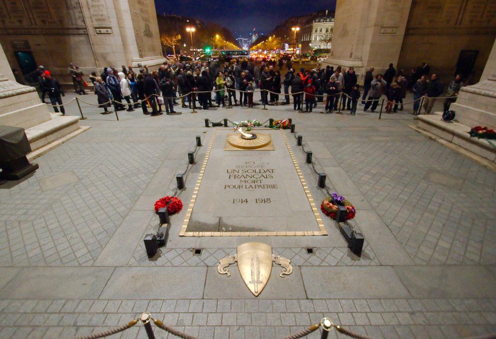 « Ici repose un soldat français mort pour la patrie, 1914-1918 », tombe du soldat inconnu sous l'Arc de Triomphe, place Charles-De-Gaulle à Paris