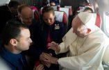 Et si la spontanéité des noces célébrées en vol et à la volée par le pape François n'était qu'une tromperie…