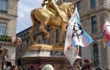 """Les militants homosexuels s'en prennent à la statue de Jeanne d'Arc durant leur """"Marche des Fiertés"""""""