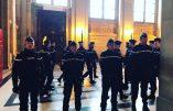 """Images de la """"mêlée de rugby"""" entre gendarmes et avocats"""