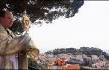 M. l'abbé Samuel BON, FSSPX, bénit Lisbonne et le Portugal avec le Saint-Sacrement.